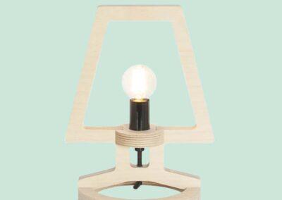 lourenswoodworks bureaulampje signe hout gekleurde achtergrond
