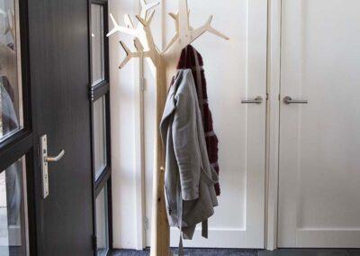 lourenswoodworks kapstok boom tilda blank hout met jassen