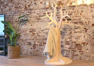lourenswoodworks kapstok boom tilli blank hout met jas