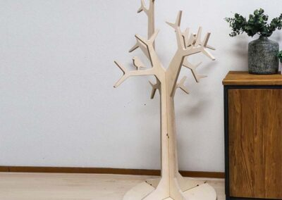 lourenswoodworks kapstok boom tilli blank hout in kamer